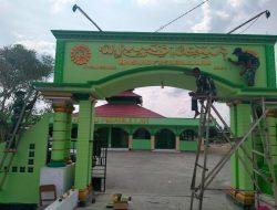 Satgas Pamtas 131/Brs Renovasi Gapura Masjid di Keerom Papua